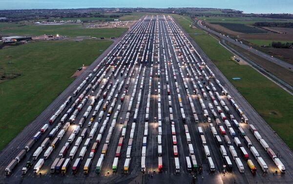 Вид с воздуха на припаркованные грузовики на взлетно-посадочной полосе в аэропорту Манстон, Великобритания  - Sputnik Беларусь