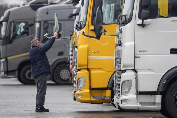 Венгерский дальнобойщик во время установки антенны на свой грузовик в Великобритании  - Sputnik Беларусь