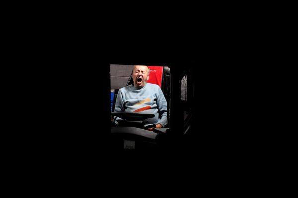 Водитель зевает в грузовике на автотрассе M20 в Великобритании  - Sputnik Беларусь