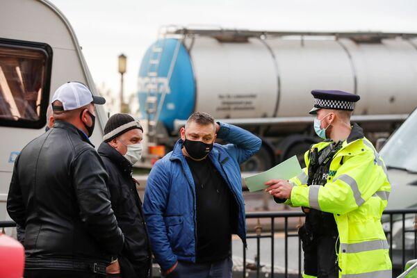 Полицейский разговаривает с польскими водителями возле порта Дувра и перенаправляет их в аэропорт Манстон - Sputnik Беларусь