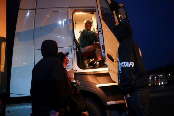 Чешский водитель разговаривает с коллегами, сидя в своем грузовике, на международной остановке грузовиков в Эшфорде - Sputnik Беларусь
