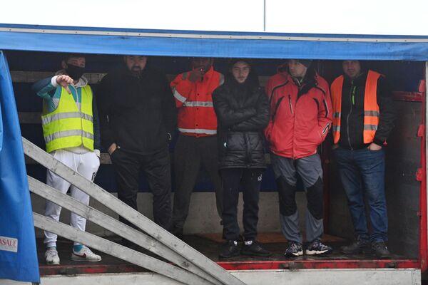 Водители укрываются в грузовике, ожидая в очереди, чтобы пытаясь попасть в порт Дувр - Sputnik Беларусь