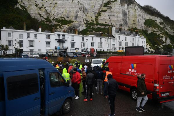 Водители и их автомобили, пытающиеся въехать в порт Дувр в Кенте, на юго-востоке Англии, 23 декабря блокировали подъезд к дороге - Sputnik Беларусь