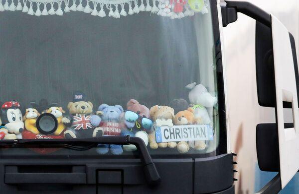 Плюшевые медведи в грузовике на международной стоянке в Эшфорде - Sputnik Беларусь