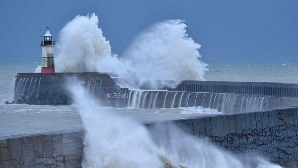 Волны разбиваются о маяк Ньюхейвен и гавань на южном побережье Англии 27 декабря 2020 года, шторм Белла принес в Великобританию дождь и сильный ветер - Sputnik Беларусь