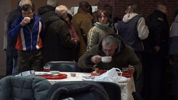 Не еў тры дні і перанёс COVID: як гэты год пражылі людзі без дома - відэа - Sputnik Беларусь