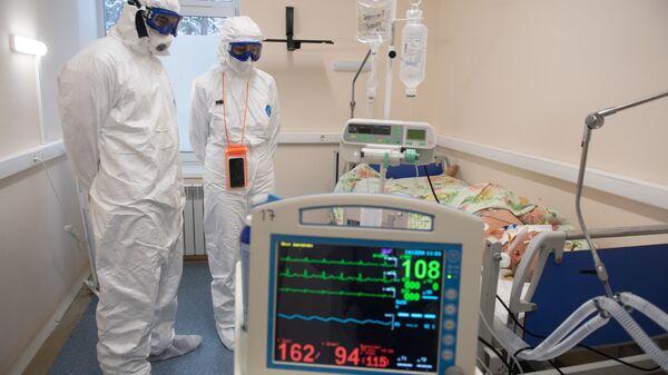Медицинские работники в палате госпиталя для лечения больных COVID-19 - Sputnik Беларусь