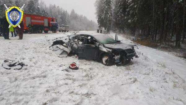 Следователи работают на месте ДТП в Докшицком районе 1 января 2021 года, в котором погибли двое детей  - Sputnik Беларусь