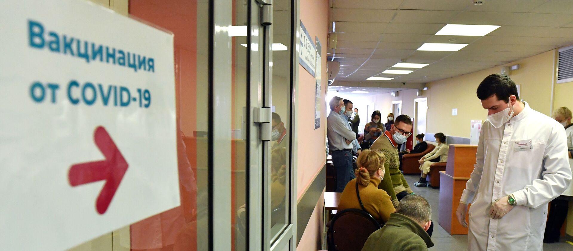 Очередь перед процедурным кабинетом, где проходит вакцинация - Sputnik Беларусь, 1920, 18.05.2021