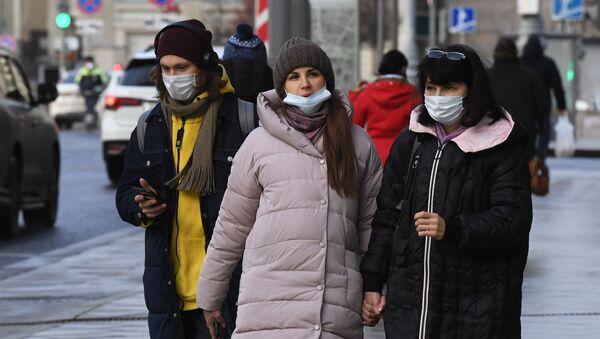 Прохожие в защитных масках на улице - Sputnik Беларусь