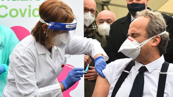 Доктор Джованни Ди Перри проходит вакцинацию от коронавируса в больнице Амедео ди Савойя в Турине, Италия - Sputnik Беларусь