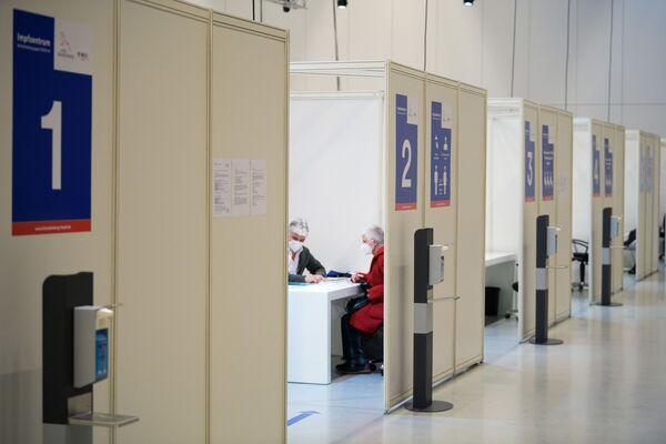 Цэнтр вакцынацыі ў зале кінапарка Бабельсберг ў Патсдаме, Германія - Sputnik Беларусь
