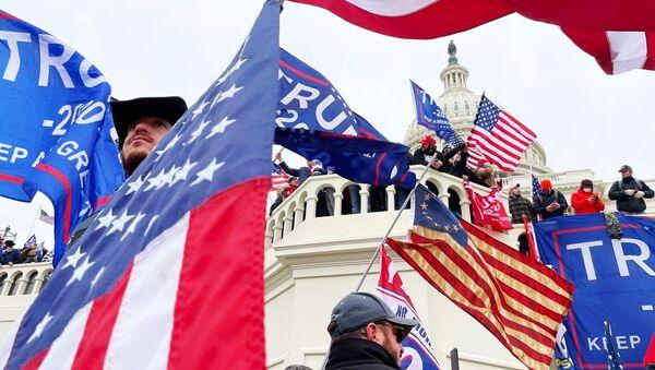 Участники акции протеста сторонников действующего президента США Дональда Трампа у здания конгресса в Вашингтоне  - Sputnik Беларусь
