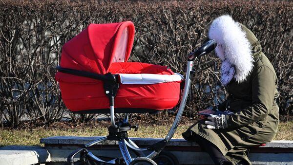 Женщина с детской коляской - Sputnik Беларусь