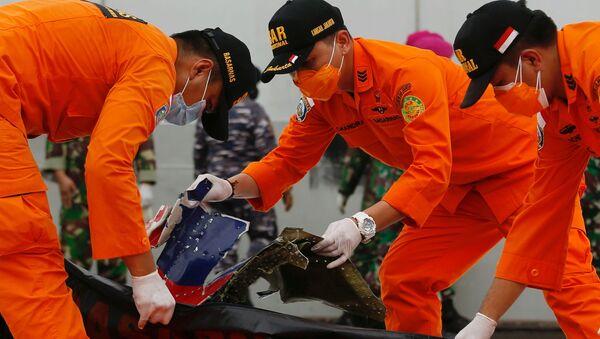 Інданэзійскія ратавальнікі вывучаюць абломкі пасажырскага самалёта кампаніі Sriwijaya Air, пацярпелага крушэнне - Sputnik Беларусь