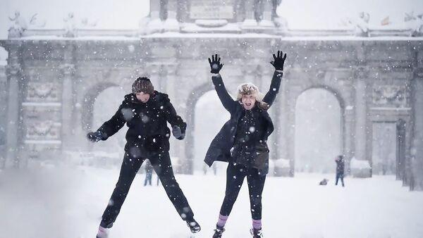 Іспанцы радуюцца снегу, многія бачаць яго ўпершыню ў жыцці - відэа - Sputnik Беларусь