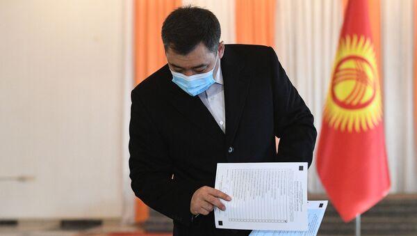 Кандидат в президенты Кыргызской Республики Садыр Жапаров голосует на досрочных выборах президента на одном из избирательных участков в Бишкеке - Sputnik Беларусь