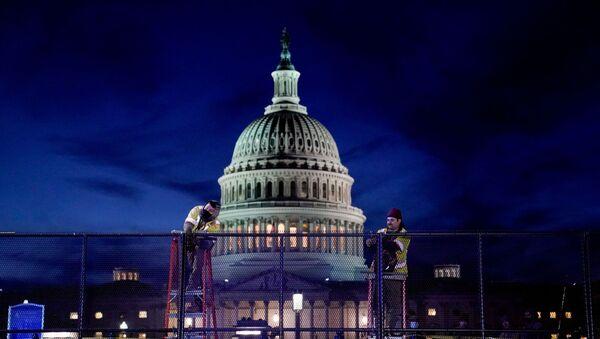 Рабочыя усталёўваюць моцную агароджу бяспекі вакол Капітолія ЗША - Sputnik Беларусь