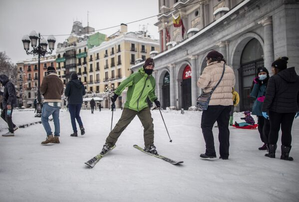 Мужчина едет на горных лыжах по одной из улиц в Мадриде - Sputnik Беларусь
