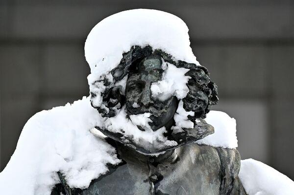 Скульптура испанского художника Диего Веласкеса возле музея Прадо в Мадриде - Sputnik Беларусь