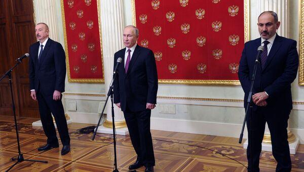Президент России Владимир Путин, премьер-министр Армении Никол Пашинян (справа) и президент Азербайджана Ильхам Алиев (слева) - Sputnik Беларусь