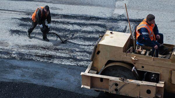 Рабочие во время ремонта дорожного покрытия - Sputnik Беларусь