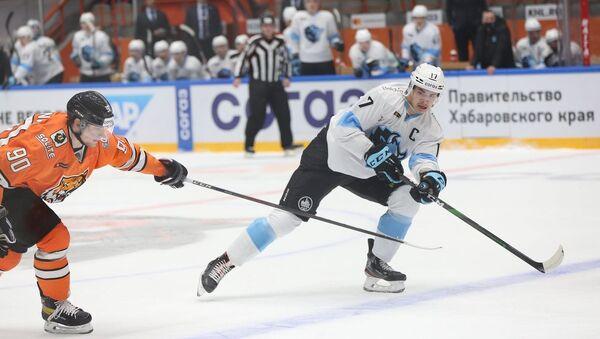 Белорусский хоккеист Егор Шарангович (справа) - Sputnik Беларусь