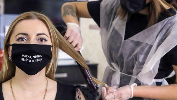 Девушка в маске в парикмахерской - Sputnik Беларусь