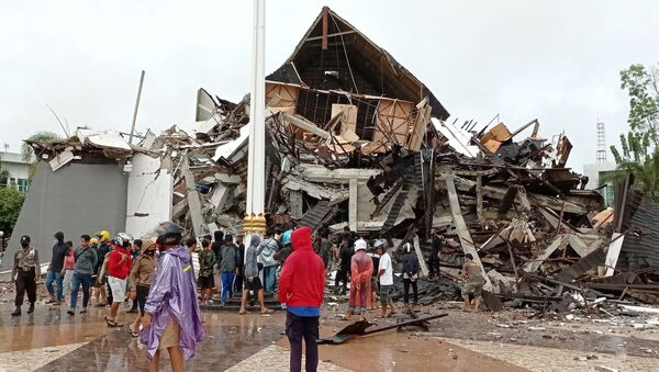 Разрушенное в результате землетрясения в Индонезии здание - Sputnik Беларусь