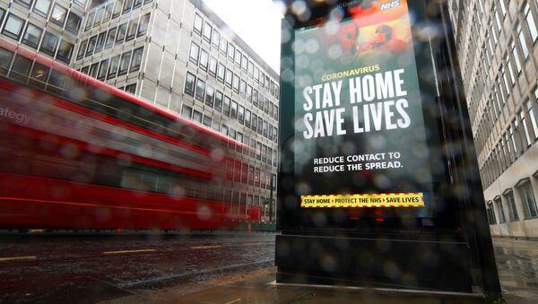 Баннер, призывающий остаться дома из-за эпидемии коронавируса, в Лондоне - Sputnik Беларусь
