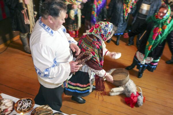 Колядный обряд Щедрец в Осово Солигорского района - Sputnik Беларусь