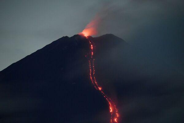 Извержение вулкана Семеру - Sputnik Беларусь