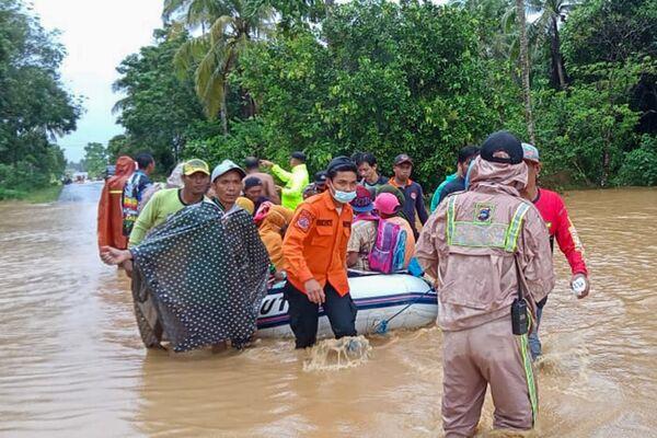 Спасатели эвакуируют жителей деревни на резиновой лодке в затопленном районе Танах Лаут, Южный Калимантан - Sputnik Беларусь