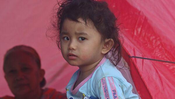 Девочка во временном лагере для пострадавших в результате землетрясения в Мамуджу, Индонезия - Sputnik Беларусь