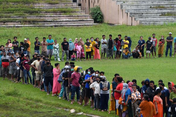 Люди стоят в очереди за помощью на стадионе Манакарра после землетрясения в Индонезии - Sputnik Беларусь