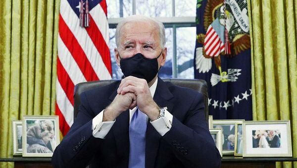 Прэзідэнт ЗША Джо Байдэн падпісвае ўказы ў Авальным кабінеце Белага дома - Sputnik Беларусь