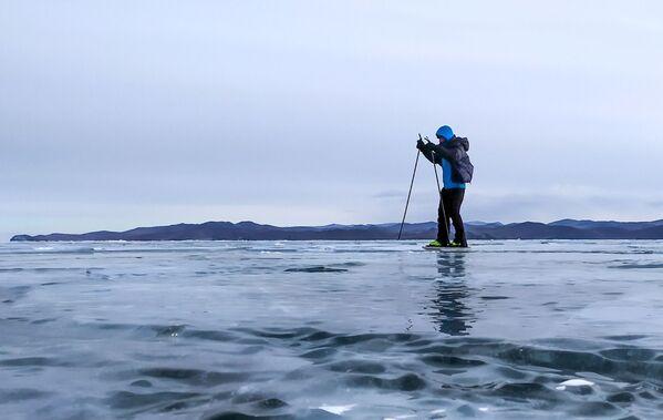 Мужчына катаецца на каньках на замерзлым возеры Байкал. - Sputnik Беларусь