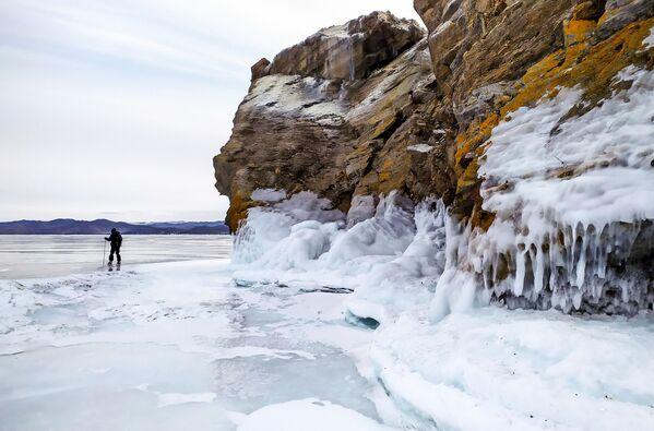 Мужчына катаецца на каньках на замерзлым возеры. - Sputnik Беларусь