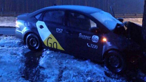 Автомобиль такси съехал с кольцевой и врезался в дерево - Sputnik Беларусь
