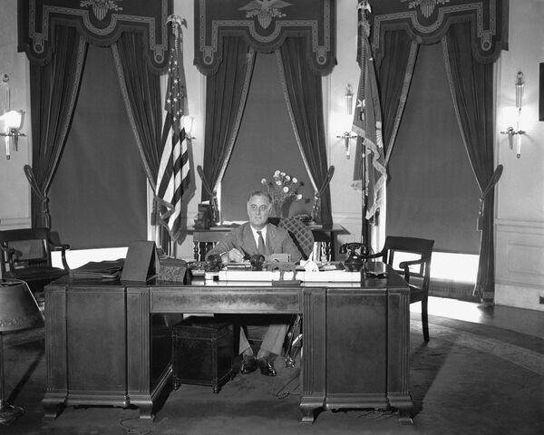 Облик современного Овального кабинета оформился при президенте США Франклине Рузвельте в 1933 году и с тех пор кардинально не менялся, однако каждый новый хозяин Белого дома привносил в него что-то свое. У 32-го президента был сине-зеленый ковер и темно-зеленые портьеры с балдахином в виде орла и серо-зелеными стенами. - Sputnik Беларусь