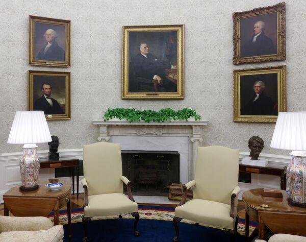 У камина Байден поставил бюсты лидеров движения за гражданские права чернокожих в США Розы Паркс и Мартина Лютера Кинга, а также Роберта Кеннеди, американского политического деятеля и брата 35-го президента Джона Кеннеди. На стенах Овального кабинета теперь висят портреты 1-го, 3-го, 16-го и 32-го президентов Джорджа Вашингтона, Томаса Джефферсона, Авраама Линкольна и Франклина Делано Рузвельта, а также одного из отцов-основателей США, первого министра финансов страны Александра Гамильтона.  - Sputnik Беларусь