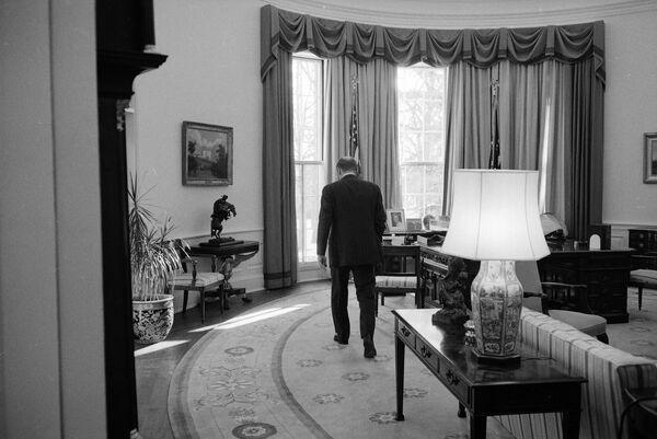 Президент США Джеральд Форд в последний день правления в Овальном кабинете в Белом доме, 1977 год. Президент Форд использовал кабинет как свое основное рабочее пространство, заменив темно-синий ковер Никсона на бледно-золотой коврик с голубыми цветочками. - Sputnik Беларусь