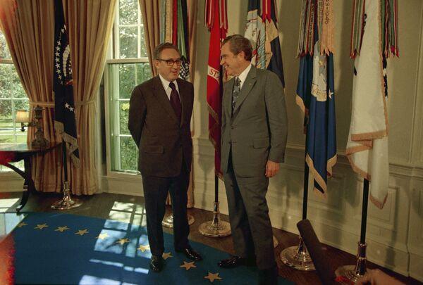 37-й президент Ричард Никсон снова сменил обстановку: в кабинете появился темно-синий ковер и золотистые шторы. Никсон использовал для работы кабинет в исполнительном здании. А в Овальном кабинете, например, играл в гольф с комиком Бобом Хоупом. На фото: госсекретарь США Генри Киссинджер и президент США Ричард Никсон в Овальном кабинете в Белом доме, 1973 год. - Sputnik Беларусь