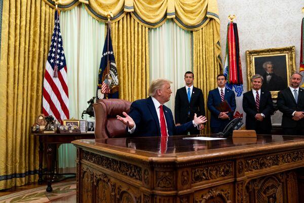 Президент США Дональд Трамп в Овальном кабинете в Белом доме, 2020 год. Президент США Джо Байден, вступивший в должность 20 января 2021 года, первым делом убрал из кабинета красную кнопку, которую его предшественник Дональд Трамп использовал для вызова официанта с диетической колой.  - Sputnik Беларусь