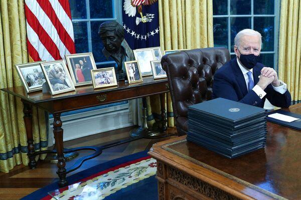 Президент США Джо Байден сделал много изменений в Овальном кабинете. Он выставил семейные фотографии на комоде вокруг бюста лидера рабочего движения и активиста по защите гражданских прав Цезаря Чавеса. При этом убрав бюст британского премьер-министра Уинстона Черчилля, а также флаги родов войск США. - Sputnik Беларусь