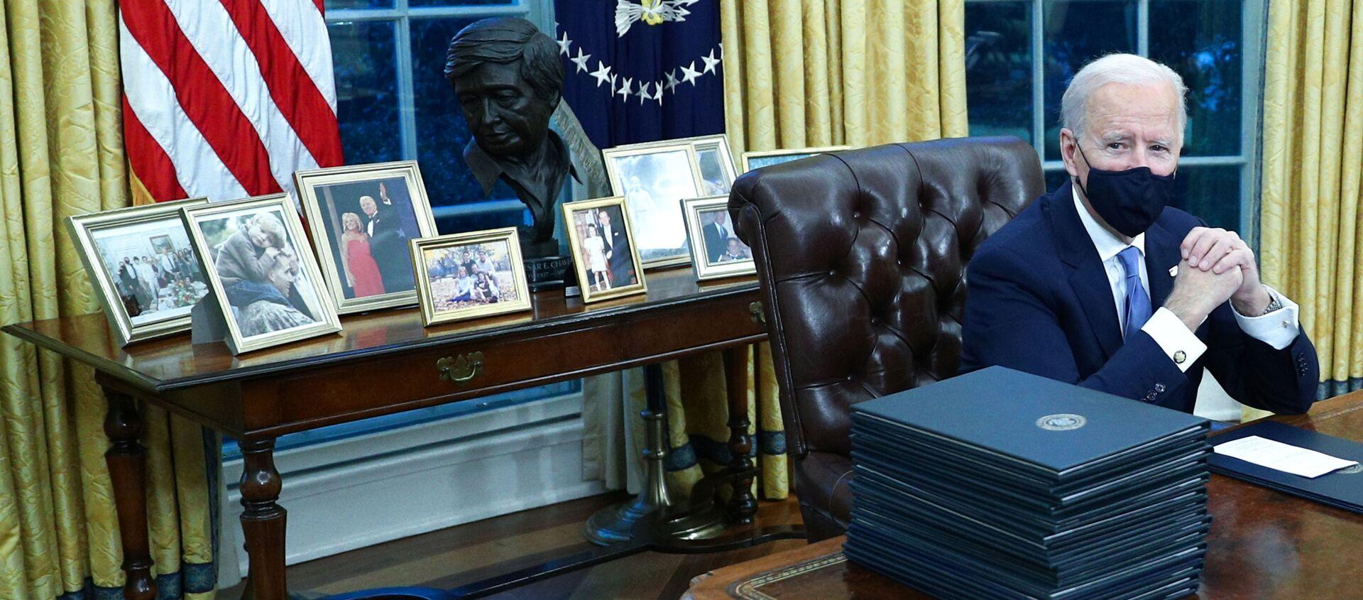 Президент США Джо Байден в Овальном кабинете в Белом доме, 2021 год  - Sputnik Беларусь, 1920, 11.02.2021