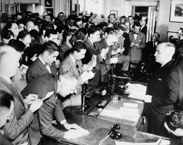 Президент США Гарри С. Трумэн, вступивший в должность после смерти Рузвельта 12 апреля 1945 года, проводит свою первую пресс-конференцию в Овальном кабинете. - Sputnik Беларусь