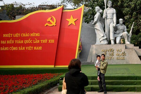 В'етнамская сям'я фатаграфуецца перад помнікам героям Камуністычнай партыі В'етнама - Sputnik Беларусь