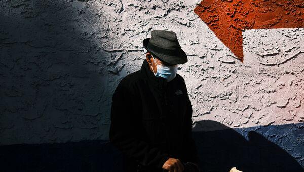 Мужчина в защитной маске - Sputnik Беларусь