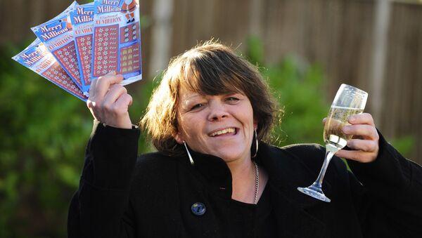 Жительница Бристоля радуется выигрышу в 1 млн фунтов в лотерею - Sputnik Беларусь